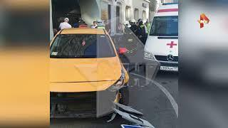 Автомобиль врезался в людей в центре Москвы, есть пострадавшие