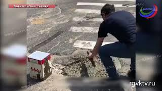 Помоги себе сам. В Махачкале молодые люди сами зацементировали глубокую яму на одном из перекрестков