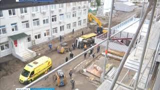 На стройке Краевой больницы опрокинулся грузовик