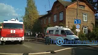 В Твери во время тушения двухэтажного барака пострадал пожарный