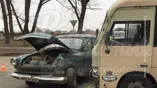 В Ростове произошло ДТП с ретроавтомобилем и маршруткой, два человека пострадали
