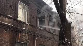В Ростове на улице Восточной тушат пожар в пустующем здании