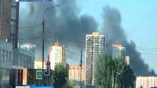 В Красноярске загорелась заброшенная войсковая часть