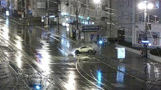 У гостиницы «Калининград» девушка за рулём спорткара вылетела на тротуар