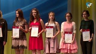 Новгородские отличники получили золотые медали и благодарственные адреса