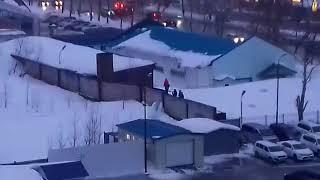 В Южно-Сахалинске школьники катаются на фонарном столбе