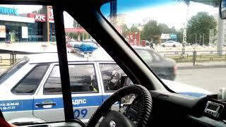 Гаишник разговаривает за рулем по телефону