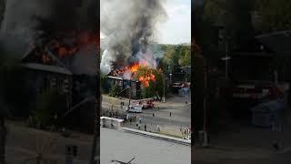 В Твери во время тушения двухэтажного барака пострадал пожарный - его увезли на скорой