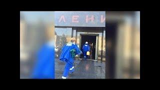"""""""Ленин проснулся!"""": фото спешащих в мавзолей Ленина врачей рассмешило пользователей Сети"""