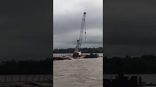 Кран рухнул в реку при строительстве международного моста в Амурской области (РИА Биробиджан)