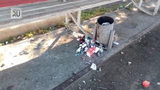 В Кургане на остановке электропоездов развели грязь и мусор