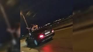 Обнаженные девушки танцуют в люке автомобиля на Северном мосту в Воронеже