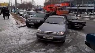 Из-за закрытой парковки около онкодиспансера пензенцы ставят машины на проезжей части