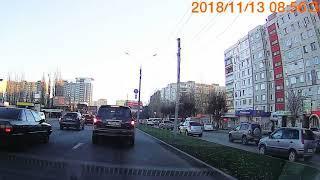 """""""Инфинити"""" объезжает пробку по газону"""