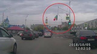 В Уфе неуправляемая хлебовозка обрушила светофор на дорогу