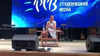 Певица-народница Марина Девятова спела частушки о «Российской студенческой весне» в Ставрополе