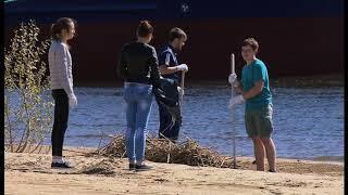 Сотрудники завода очистили пляж от мусора