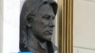 На фасаде дома детства Дмитрия Хворостовского открыли мемориальную доску