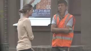 В центре Красноярска рабочие незаконно распродают брусчатку, которую снимают с ул. Ленина