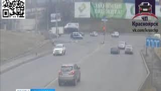 На улице Матросова набок упал японский грузовичок