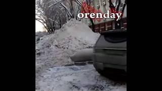Всё лучшее -  детям: от мэрии коммунальщики сгребают снег к Дворцу творчества