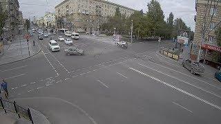 В центре Волгограда в результате ДТП перевернулась машина