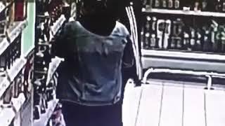 Три девушки и парень вынесли из магазина кофе