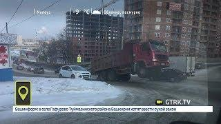 В Уфе на улице Губайдуллина грузовик «встал на дыбы»