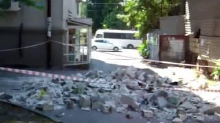 В центре Ростова бетонные блоки недостроенного дома упали на оживленный тротуар