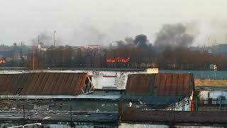На окраине Калининграда бушует пламя
