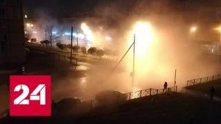Петербуржец на глазах коммунальщиков провалился в яму с кипятком - Россия 24