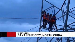 Электрики застряли на опоре ЛЭП