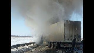 Видео: Две фуры столкнулись и загорелись на трассе М-5 в Башкирии