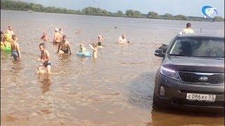 На Перынском скиту автолюбитель загнал машину в воду, чем возмутил новгородцев