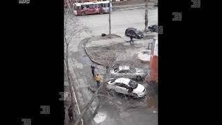 Сбивает с ног и срывает рекламные щиты. Резкое усиление ветра в Челябинске