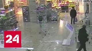 В супермаркете девушку чуть не задавило грудой тележек - Россия 24
