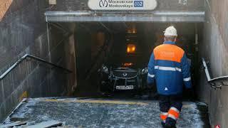 В Петербурге джип въехал в подземный переход у метро