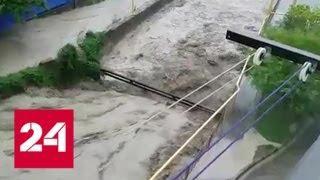 Потоки воды в Туапсе не щадят ничто на своем пути - Россия 24