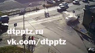 После столкновения авто отбросило на тротуар