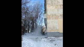 Снег с крыши кидают не огородив