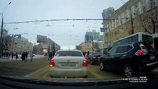 В центре Воронежа ветер сорвал часть крыши и отбросил её на оживлённый тротуар