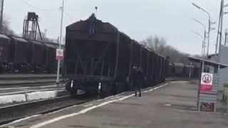 В Изобильненском округе женщина фотографировала ребёнка, который залез на вагон поезда