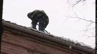 В Ярославле кровли домов очищают от снега и наледи