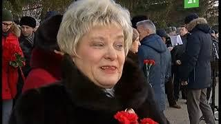 Челябинск вспоминает Героев. В канун праздника на Аллее Славы возложили цветы к Вечному огню