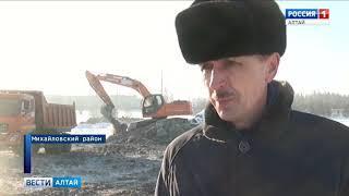 В Михайловском районе чистят местное озеро