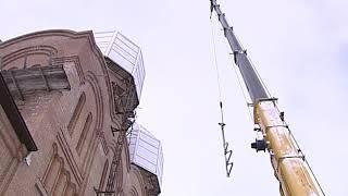 На Свято-Тихоновский храм в Ярославле начали устанавливать центральный купол и крест