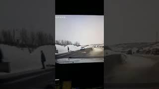 Полиция разыскивает водителя и пассажира «Ленд-Крузера», которые помогли человеку на обочине (видео)
