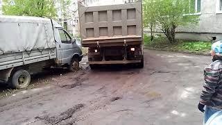 """Самосвалы во дворе дома по Первомайской возле ЖК """"Европейский"""""""