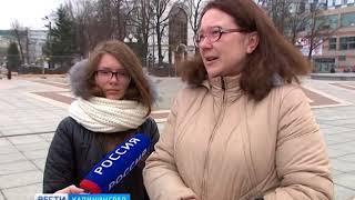 Калининградцы несут цветы на площадь Победы в память о погибших при пожаре в Кемерово