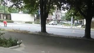 В Ставрополе, на пересечении улиц Морозова и Краснофлотской мужчина закрашивал дорожную разметку